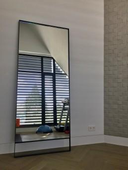 Frontstaal XL stalen spiegel zwart met open onderkant | Home Fitnessruimte | Villa Rotterdam