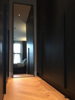 Frontstaal XL stalen spiegel donkerbrons | Walkin Closet | Appartement Amsterdam